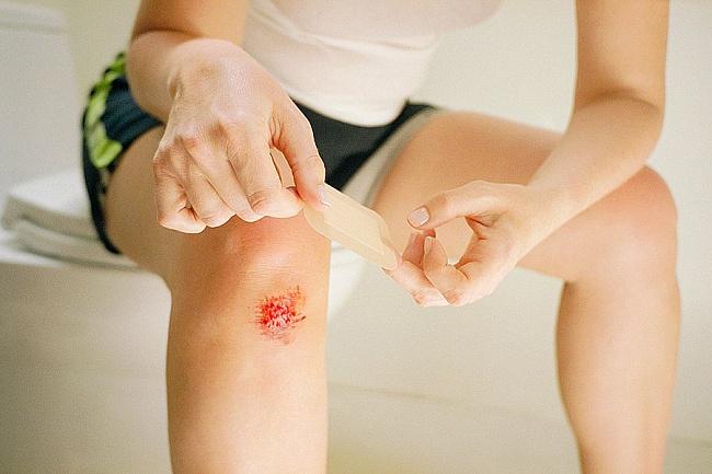 Как сделать порез на коленке